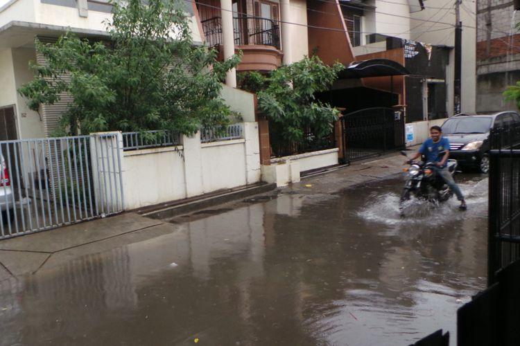 Banjir di RW 03, Jalan Teknologi, Jakarta Barat, Senin (13/11/2017).