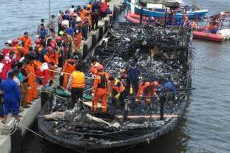 Tampak kapal penumpang Zahro Express yang terbakar telah dibawa ke Pelabuhan Muara Angke, Jakarta Utara, Minggu (1/1/2017). Kapal terbakar saat menuju Pulau Tidung pada Minggu pagi, menyebabkan beberapa penumpang meninggal dunia.