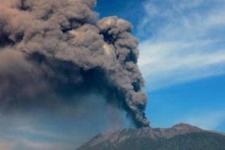Gunung Raung Muntahkan Material Pijar Setinggi 100 Meter