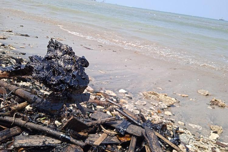 Limbah berwarna hitam yang mencemari hampir seluruh pesisir Teluk Lampung.