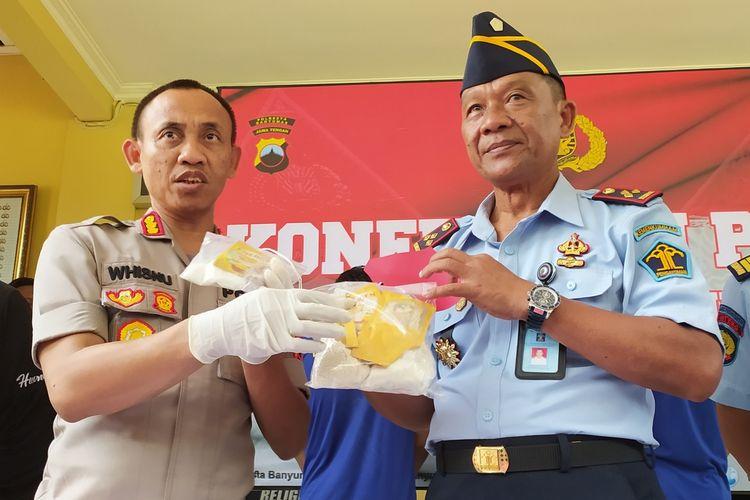 Kapolresta Banyumas Kombes Whisnu Caraka bersama Kepala Lapas Purwokerto Ismono saat ungkap kasus penyelundupan sabu-sabu di Mapolresta Banyumas, Jawa Tengah, Jumat (13/3/2020).