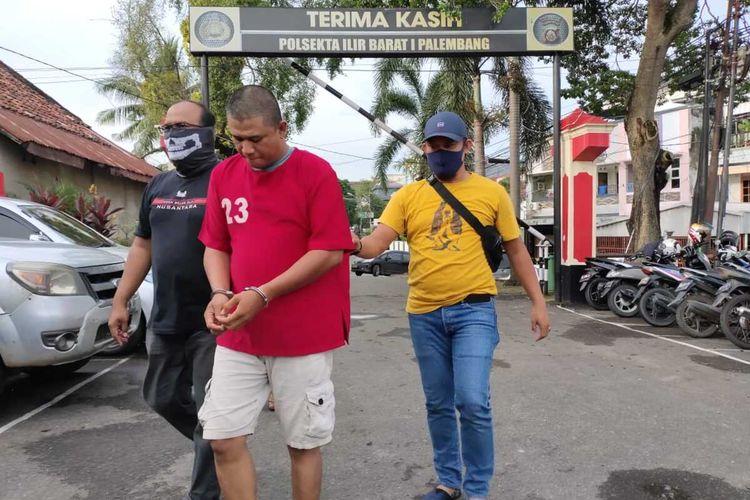Ulah Asmuni (43) polisi gadungan yang melarikan delapan motor milik warga saat diamankan di Polsek Ilir Barat 1 Palembang, Selasa (14/4/2020).