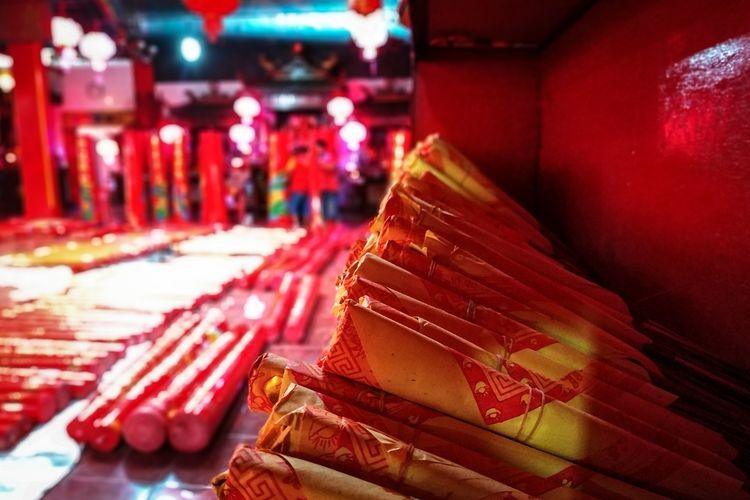Kertas berisi larik-larik doa membalut dupa di Klenteng Hok Lay Kiong, Kota Bekasi tiga hari jelang perayaan Tahun Baru Imlek 2571 yang jatuh pada Sabtu, 25 Januari 2020