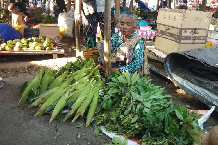 Margaretha Hati Manhitu (Ibu kandung Bupati Timor Tengah Utara) sedang jualan jagung dan sayur di Pasar(KOMPAS.com/SIGIRANUS MARUTHO BERE)