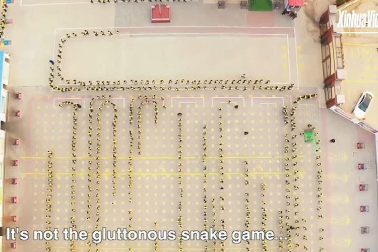 Anak SD di Anping, China olahraga pagi membentuk formasi seperti game Gluttonous Snake.