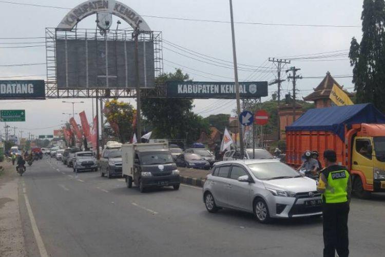 Polisi memberlakukan sistem contra flow di perbatasan Kota Semarang dengan Kabupaten Kendal pada H-2 Lebaran