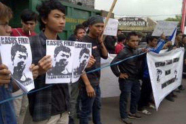 Ratusan mahasiswa asal Mataram saat menggelar aksi di depan kampus ITN Malang, menuntut pihak ITN bertanggungjawab atas kasus kematian Fikri, mahasiswa baru yang ikut Ospek Oktober lalu. Senin (9/12/2013).