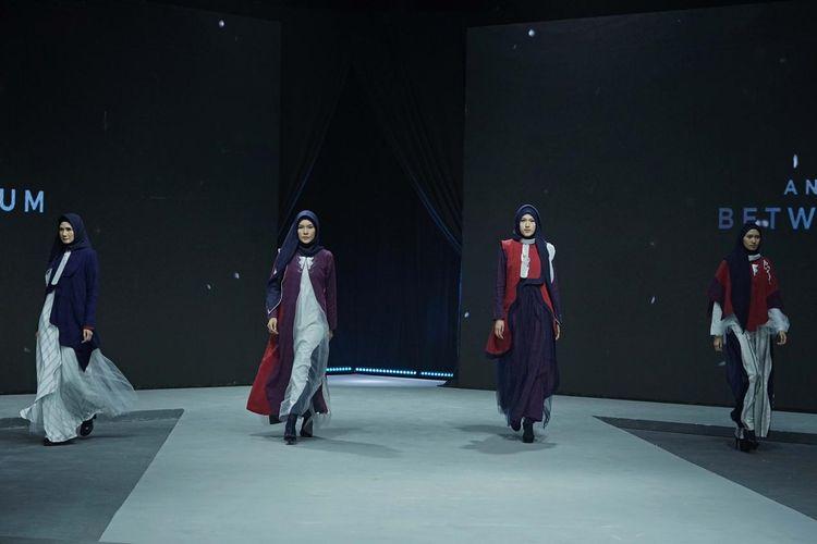 Para model sedang memperagakan busana muslim berbahan rayon yang ramah lingkungan di Muslim Fashion Festival 2020.