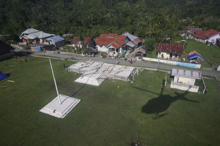 Anggota TNI menggunakan helikopter Mi-17 V-5 Skadron 31/Serbu Pusat Penerbangan Angkatan Darat Semarang menyalurkan bantuan logistik ke Desa Bolapapu, Kecamatan Kulawi, Kabupaten Sigi, Sulawesi Tengah, Kamis (4/10/2018). Desa ini adalah salah satu desa terdampak gempa Palu yang masih terisolir melalui jalur darat.