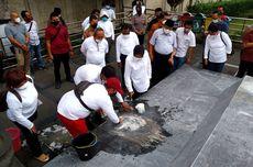 Ajari Pekerja Membersihkan Area Makam Bung Karno, Risma: Harus Bersih, Sampai Bisa Dipakai Buat Ngaca