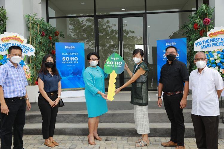Acara serah terima unit pertama kawasan bisnis prospektif Ruko SOHO Pacific Plaza pada Selasa (31/8/2021). Serah terima dilakuan dari pihak Rolling Hills Karawang kepada perwakilan Bank Nobu, yang merupakan konsumen pertama.