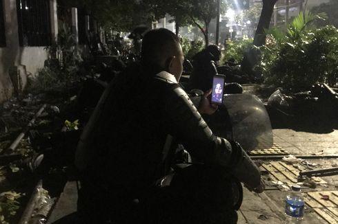 Video Call dengan Istri, Cara Polisi Melepas Kangen di Tengah Kericuhan Massa...