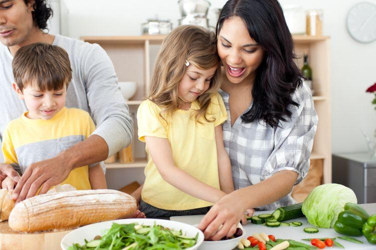 Ilustrasi orangtua yang menyiapkan makanan bersama anak.