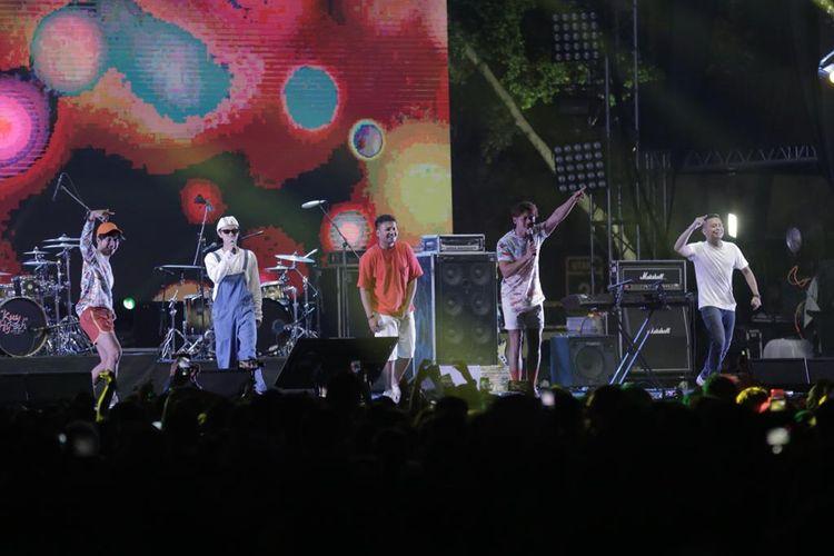 Om Leo Berkaraoke berkolaborasi dengan Smash saat tampil di acara Synchronize Fest 2019 di Gambir Expo, Kemayoran, Jakarta Pusat, Sabtu (5/10/2019). Acara festival musik tahunan ini dimeriahkan  sejumlah band papan atas diantaranya Nidji, Noah, Sheila On 7, Jamrud, Iwan Fals dan lain-lain.