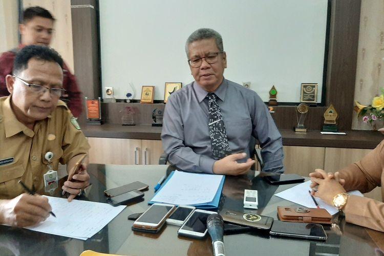 Kepala Dinas Kesehatan Kalimantan Barat Harrison saat menggelar jumpa pers terkait kasus pasien yang mengalami gejala mirip corona di Kantor Dinas Kesehatan Kalimantan Barat, Senin (3/2/2020).