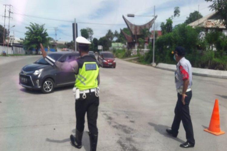 Petugas saat menindak kendaraan yang akan mudik di pos penyekatan