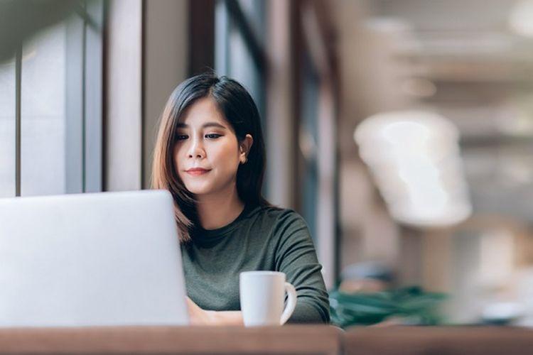 Ilustrasi membeli produk asuransi online