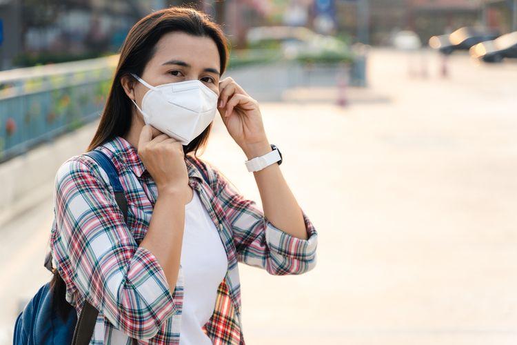 Ilustrasi masker N95. Seorang perempuan mengenakan masker N95 untuk mencegah penyebaran virus corona.