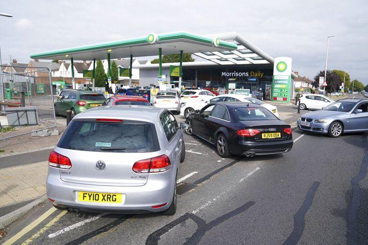Mobil-mobil mengantre di luar pompa bensin Leicester, Inggris, Sabtu (25/9/2021). Kelangkaan BBM di Inggris terjadi karena kurangnya pengemudi truk untuk mengangkut bahan bakar, dampak dari Brexit dan pandemi Covid-19