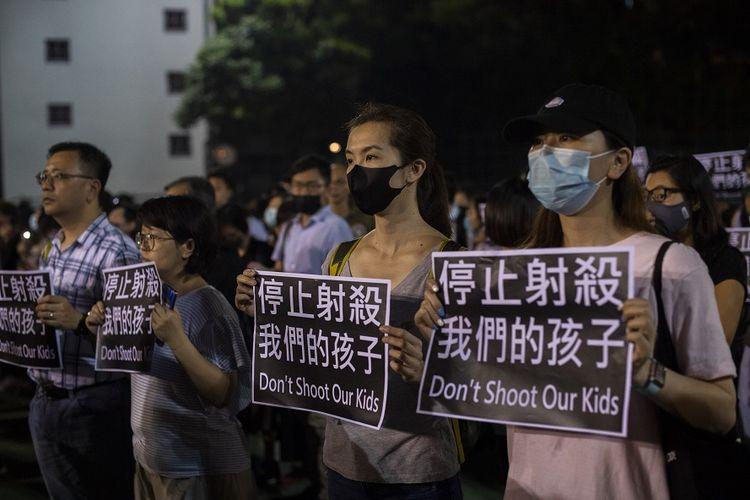 Massa unjuk rasa membawa kertas bertuliskan Jangan tembak anak-anak kami saat berkumpul memprotes aksi polisi yang menembak seorang pelajar dalam aksi demonstrasi di Tsuen Wan, pada 1 Oktober 2019 lalu.