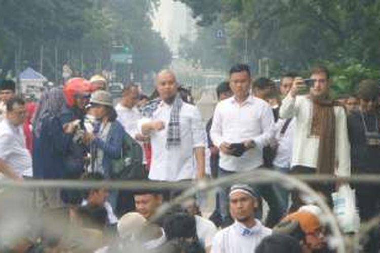 Calon wakil bupati Bekasi Ahmad Dhani ikut sholat Jumat bersama pendemo di depan Istana, Jumat (4/11/2016).
