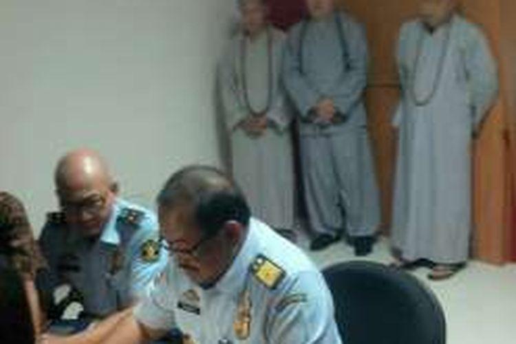 Tiga Bhiksu palsu saat digelar konferensi pers Imigrasi Klas 1 Khusus Ngurah Rai, Jumat (5/8/2016)
