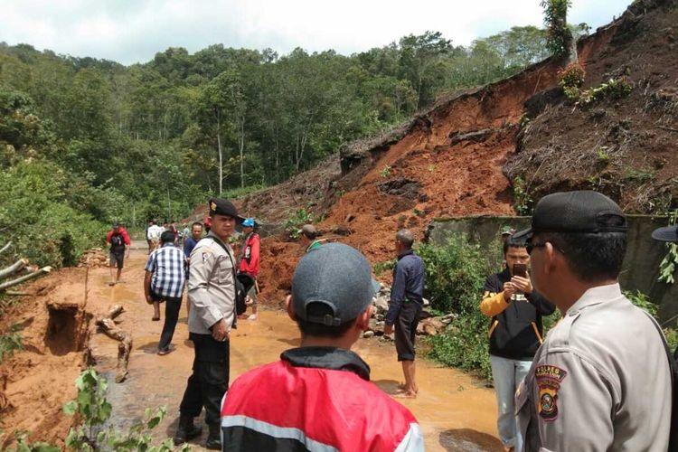 Lokasi tanah longsor yang terjadi di Kabupaten Muara Enim, Sumatera Selatan akibat guyuran hujan deras. Sumatera Selatan saat ini telah menetapkan lima lokasi terjadinya bencana banjir dan tanah longsor selama musim hujan berlangsung.