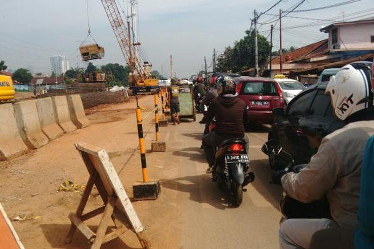 Proyek pengerjaan Tol Becakayu di Jalan Inspeksi Kalimalang. Dampaknya ruas jalan menjadi menyempit dan menyebabkan macet. Selasa (21/6/2016)