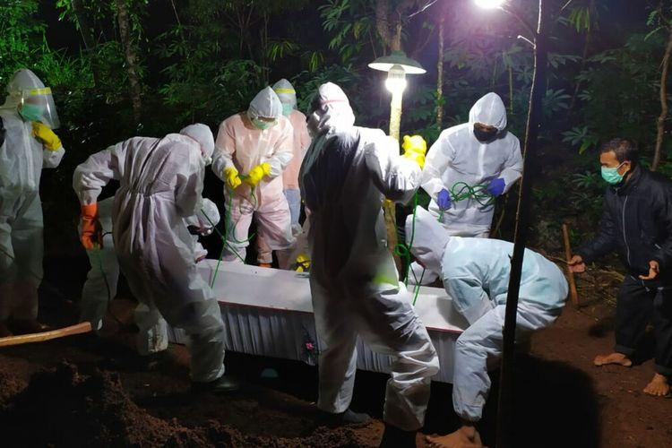Pemakaman Jenasah Menggunakan Protokol Penanganan Covid-19 oleh Relawan BPBD dan PMI Gunungkidul