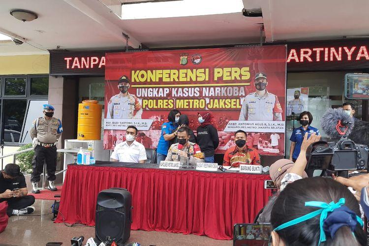 Polres Metro Jakarta Selatan menggelar konferensi pers terkait penangkapan mantan artis cilik Ratna Fairuz atau lebih dikenal sebagai Iyut Bing Slamet, Sabtu (5/12/2020), di Polres Metro Jakarta Selatan.