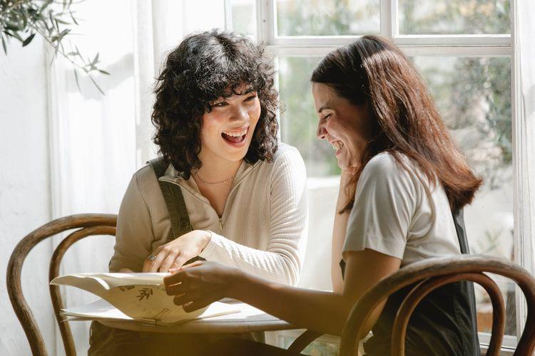 Tertawa bisa membuat kita lebih produktif.
