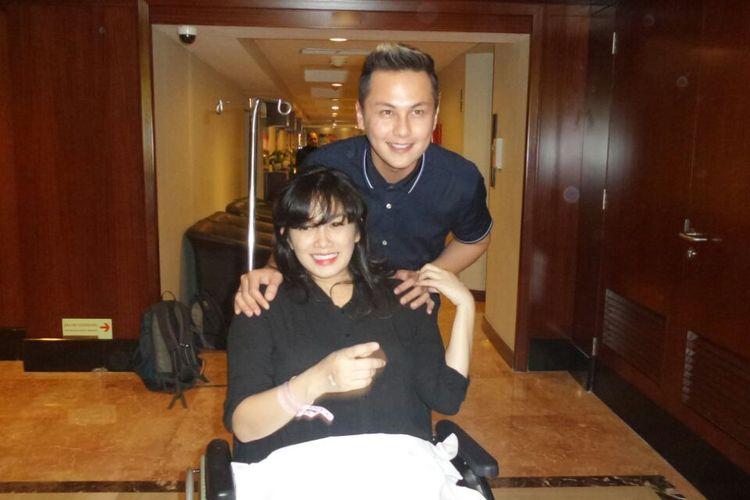 Andhika Pratama dan Ussy Sulistiawaty diabadikan pada jumpa pers terkait kelahiran anak mereka di Rumah Sakit Pondok Indah (RSPI), Jakarta Selatan, pada Senin (6/3/2017).