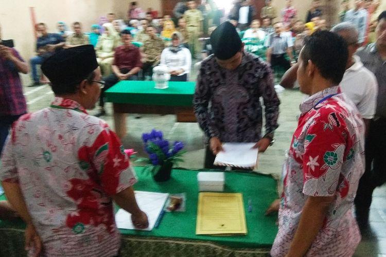 Panitia pemilihan kepala Desa Karang Mojo Kaupaten Magetan mencoret salah satu bakal calon kepala desa karena memiliki catatan pernah dipenjara selama 3 bulan.