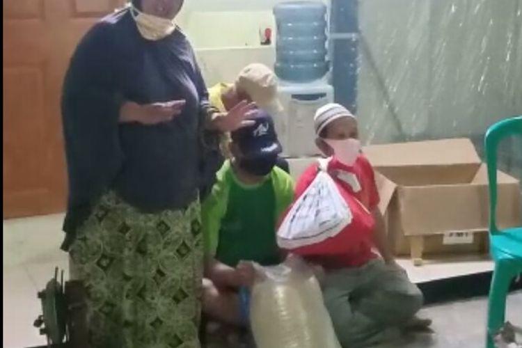 Video yang menunjukan kekecewaan dari warga perumahan Pesona Serpong, Kademangan, Setu, Tangerang Selatan soal bantuan sosial (bansos) beredar melalui aplikasi pesan singkat WhatsApp. Video tersebut viral pada Kamis (4/6/2020).