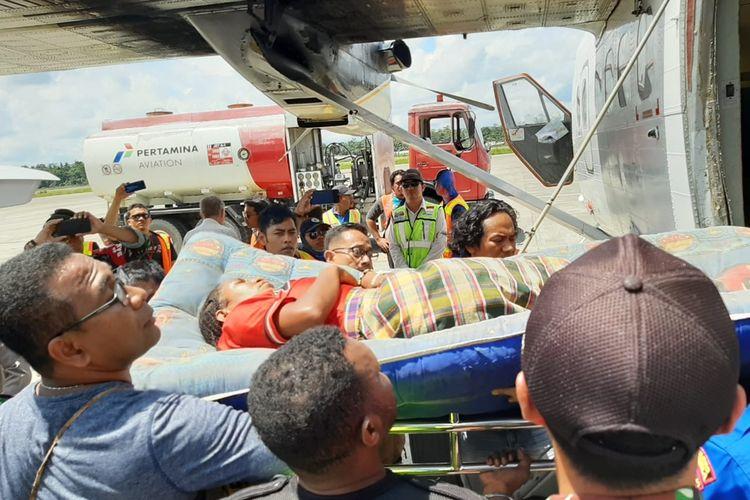 Salah satu warga Kampung Olen, Distrik Mabugi, Kabupaten Puncak, Papua, yang mengalami luka tembak ketika terjadi kontak senjata anatara TNI-Polri dengan KSB, dievakuasi ke Mimika, Rabu (18/9/2019)