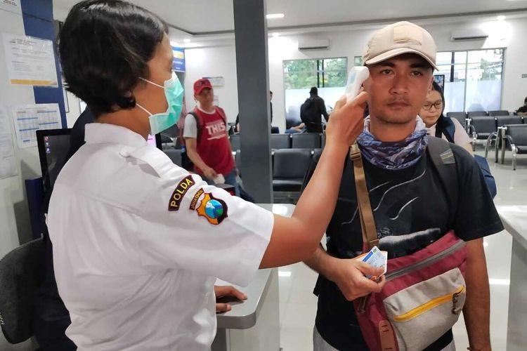 Calon penumpang kereta api di Stasiun Gubeng Surabaya diperiksa menggunakan alat pendeteksi suhu tubuh sebagai upaya mengantisipasi virus corona.