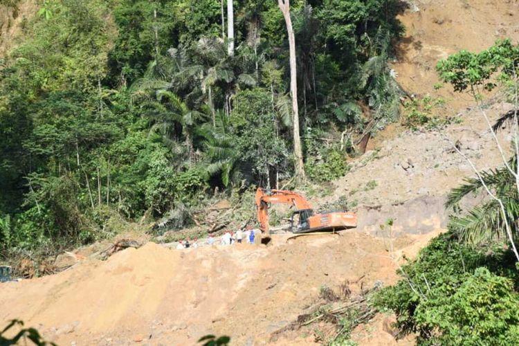 Tim SAR gabungan melakukan proses evakuasi dan pencarian, korban bencana longsor di areal proyek pembangunan PLTA Batang Toru, di Kelurahan Wek I, Kecamatan Batang Toru, Tapanuli Selatan, Jumat (30/4/2021). dikabarkan 12 orang tertimbun, dan baru 3 korban yang berhasil ditemukan.
