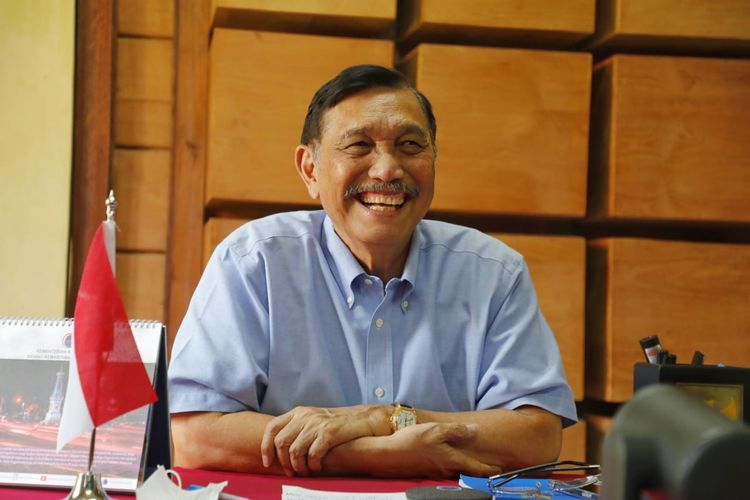 Menko Bidang Kemaritiman dan Investasi Luhut Binsar Pandjaitan memberikan sambutan secara virtual dalam pembukaan UKM Jabar Paten, Jakarta, Sabtu (3/4/2021).