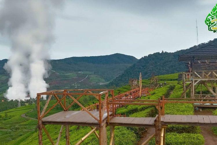 Jembatan yang melintang di tengah kebun teh Wayang Windu Panenjoan