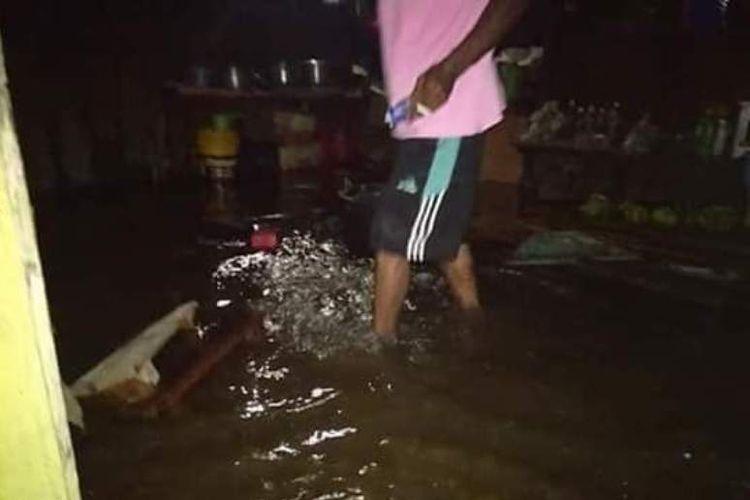 Trauma Air Laut Naik, Warga Buru Selatan Kembali Mengungsi ...