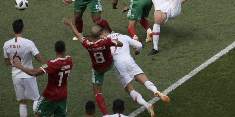 Cristiano Ronaldo menyundul bola ke arah gawang lawan pada pertandingan Portugal vs Maroko di Stadion Luzhniki, 20 Juni 2018.