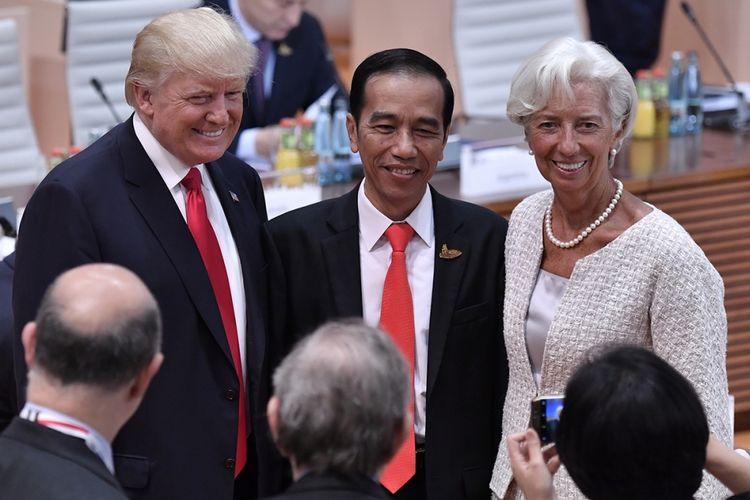 Presiden AS Donald Trump, Presiden Indonesia Joko Widodo, dan Managing Director International Monetary Fund (IMF) Christine Lagarde (kiri ke kanan) berfoto bersama pada hari kedua KTT G20 di Hamburg, Jerman, Sabtu (8/7/2017). Sebelumnya, Presiden Joko Widodo menjadi pembicara pada Leaders Retreat KTT G20 atau G20 sesi I mengenai terorisme, Jumat 7 Juli siang waktu setempat.