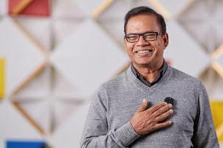 Eksekutif Google Amit Singhal memperagakan cara kerja perangkat wearable Google yang berbentuk mirip bros Communicator dari Star Trek