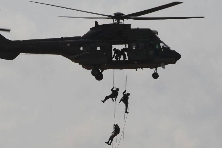 Latihan Angkasa Yudha 2012 Prajurit Paskhas TNI AU memeragakan simulasi SAR tempur pada Latihan Manuver Lapangan Angkasa Yudha 2012 di Tanjung Pandan, Pulau Belitung, Bangka Belitung, Selasa (23/10). Latihan tersebut meliputi lima operasi udara, yaitu operasi serangan udara strategis, lawan udara ofensif, pertahanan udara, operasi informasi, dan operasi dukungan udara. Manuver lapangan ini melibatkan pesawat tempur, helikopter, pesawat angkut, pesawat intai dan pasukan TNI AU.
