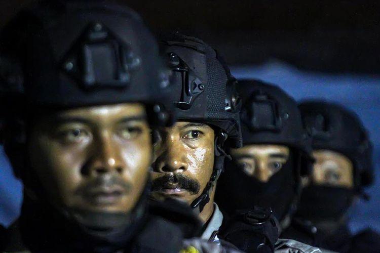 Personel Brimob Detasemen B Polda Aceh mendengar arahan saat akan melaksanakan patroli pemberlakukan jam malam di Lhokseumawe, Aceh, Senin (30/3/2020). Pemerintah daerah Aceh memberlakukan jam malam untuk membatasi aktivitas masyarakat di luar rumah sejak pukul 20.30 WIB hingga pukul 05.30 WIB terhitung 29 Maret hingga 29 Mei 2020 sebagai upaya pencegahan penyebaran virus Corona (COVID-19).