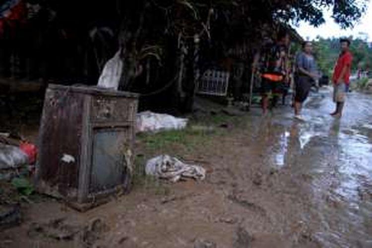 Sebuah televisi tergeletak di jalan setelah terseret banjir bandang dari rumah warga di Desa Cipamingkis, Cidolog, Sukabumi, Jawa Barat, Kamis (10/11/2016).  Banjir bandang Cidolog terjadi Rabu (9/11/2016) mengakibatkan sebanyak 1.027 rumah rusak.