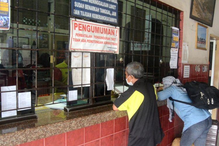Dua orang penumpang tampak membeli tiket di loket Bus Makmur di Jalan Sisingamangaraja, Medan pada Selasa (4/5/2021) sore.