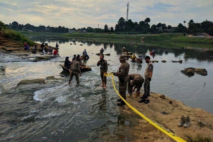 Satuan Polisi Pamong Praja (Satpol PP) Kota Tangerang Selatan menutup sementara Situ Lengkong Wetan yang berlokasi kawasan Serpong, Tangerang Selatan, Rabu (17/6/2020) kemarin.