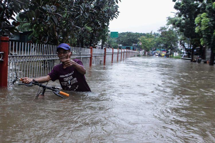 Suasana Jalan Raya Pondok Gede, Kramat Jati, Jakarta Timur, Selasa (25/2/2020) yang terendam banjir. Banjir di kawasan tersebut sudah terjadi pukul 04.00 WIB.