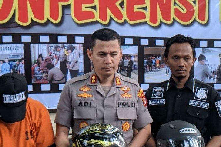 Kapolres Bandara Soekarno-Hatta, AKBP Adi Ferdian memegang barang bukti kasus pencurian helm di Bandara Soekarno-Hatta, Jumat (27/12/2019)